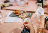 Бонтон: Чашата за вино не се покрива со рака