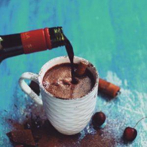 toplo chokolado so crveno vino e ultimativen zimski pijalok